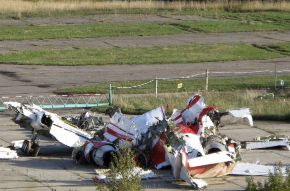 Lenkijos prezidento Lecho Kaczynskio lėktuvo nuolaužos, surinktos į vieną vietą Smolensko aerodrome