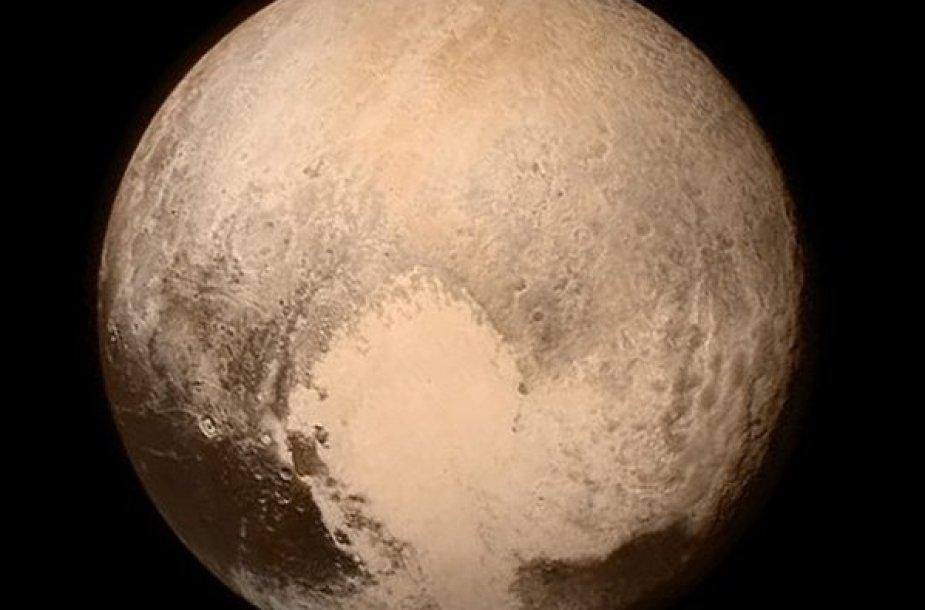 """Naujausia Plutono fotografija (liepos 13 d., raiška: 1 pikselis = 4 km), kurioje aiškiai matyti ne tik garsioji Plutono """"širdis"""", bet ir daug kraterių bei kitų įspūdingų kraštovaizdžio elementų. Tamsios dėmės regimojo disko apačioje - Plutono pusiaujo sritis. Rytoj žiniasklaidoje pasirodys šios dien"""