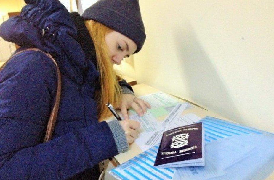 Kristina stebisi bulgariškose institucijose visur ranka pildoma dokumentų gausa. Bulgarai iki šiol naudojasi ir popierinėmis Darbo knygelėmis