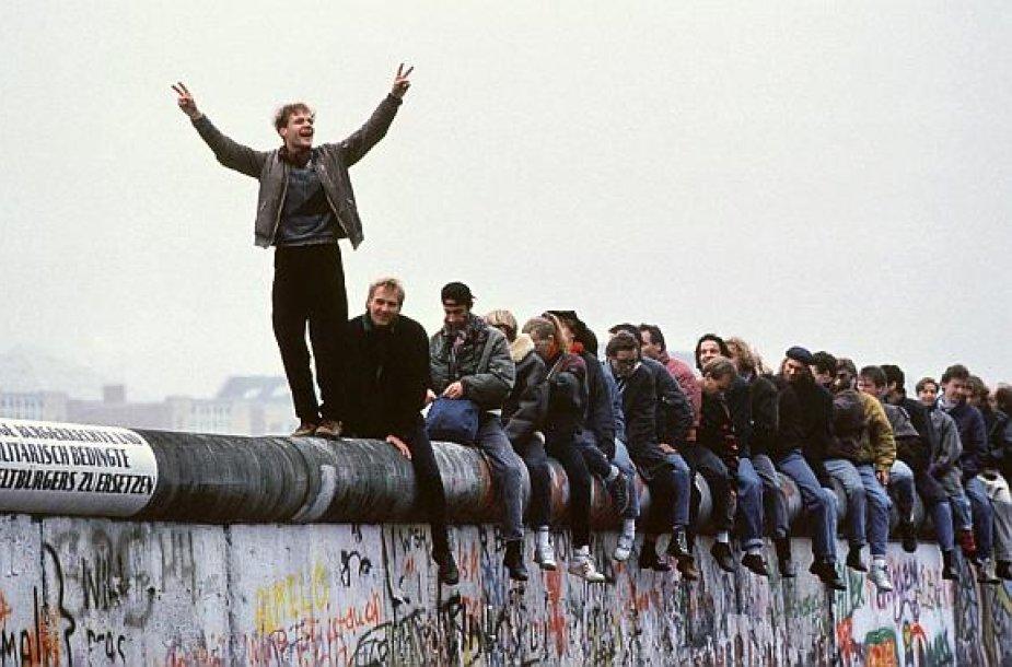Prieš dvidešimt metų vokiečiai su entuziazmu griovė Berlyno sieną ir tikėjo ateitimi. Šiandien daugelis iš jų jaučiasi nusivylę.