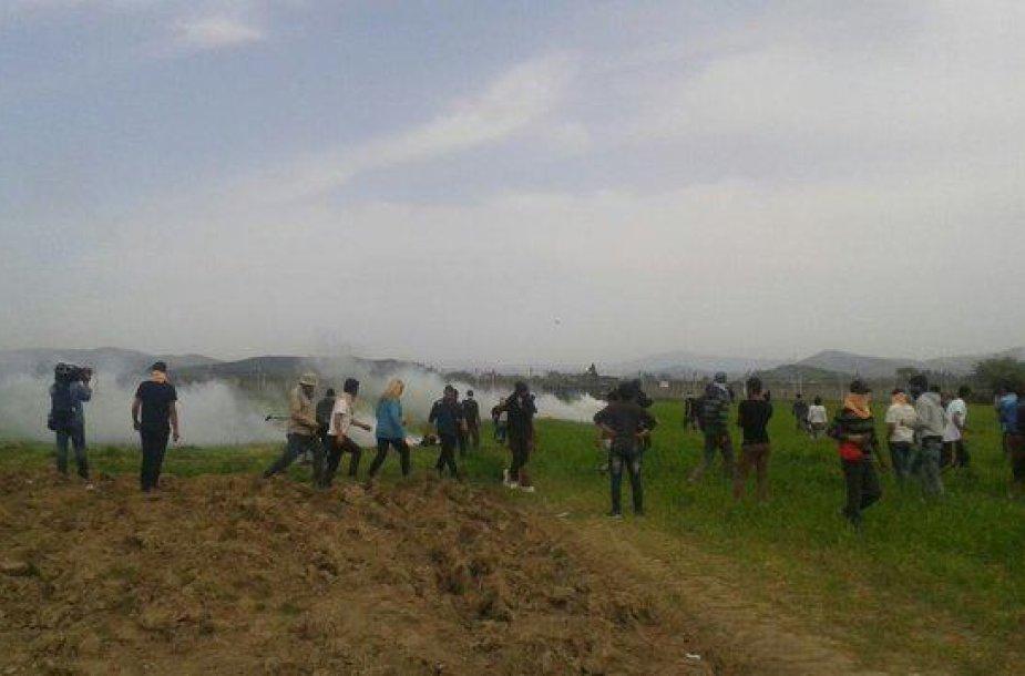 Makedonijos policija ašarinėmis dujomis vaikė migrantus prie sienos su Graikija