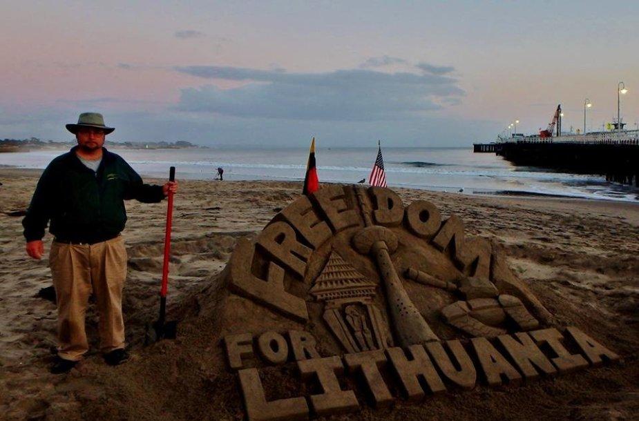 Billo Lewiso skulptūra iš smėlio