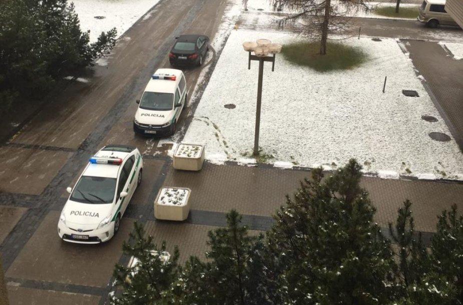 Policijos ekipažai prie Seimo