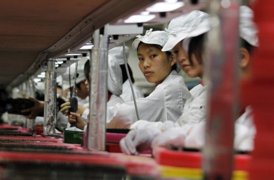 """""""Foxconn"""" gamyklos darbuotojai"""