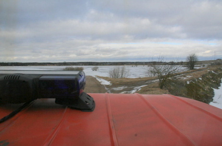 Pagėgių savivaldybėje apsemti keliai pasidengė ledu.