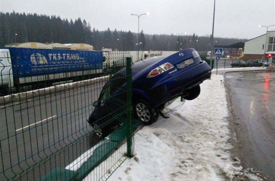 "Ant tvoros pamato pakibęs ""Mazda 6"" automobilis"