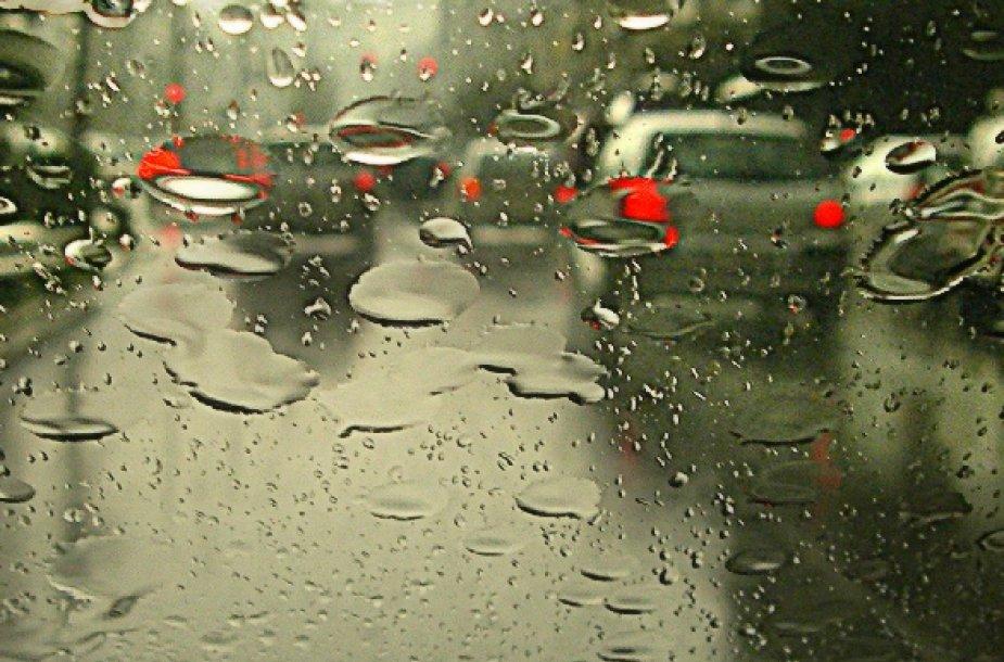 Lietus per automobilio stiklą