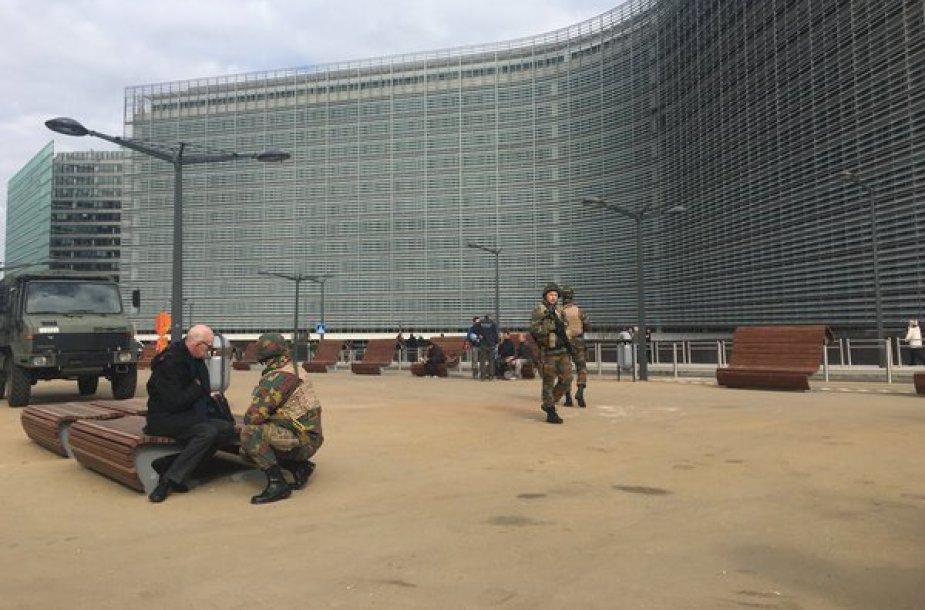 Karinis transportas prie Europos Komisijos pastato Briuselyje