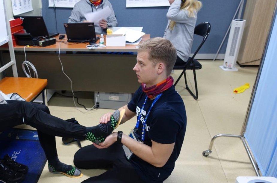 Marius Jonelis žiemos olimpinėse žaidynėse padėjo atletams kojų įtvarais.