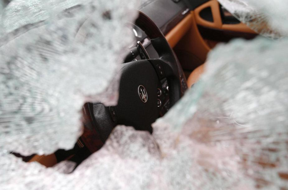 """Daužomas """"Maserati Quattroporte"""" automobilis"""