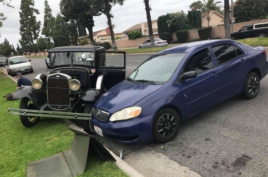 """Toyota Corolla"" vairuotoja įsirėžė į ""Ford Model A"""