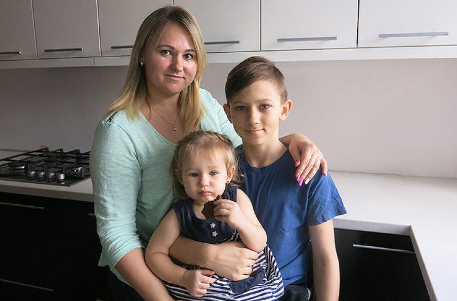 Aironas su mama ir sesute Paula