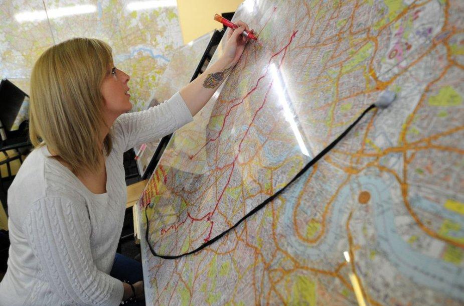 Studentė brėžia maršrutą Londono žemėlapyje