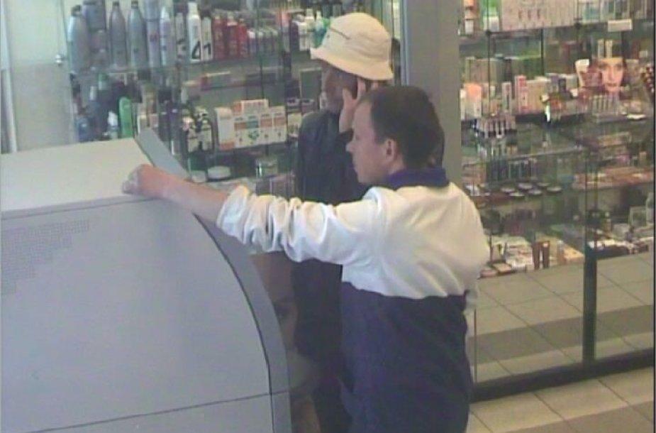 Bankomatų vaizdo kameros užfiksavo įtariamus sukčius