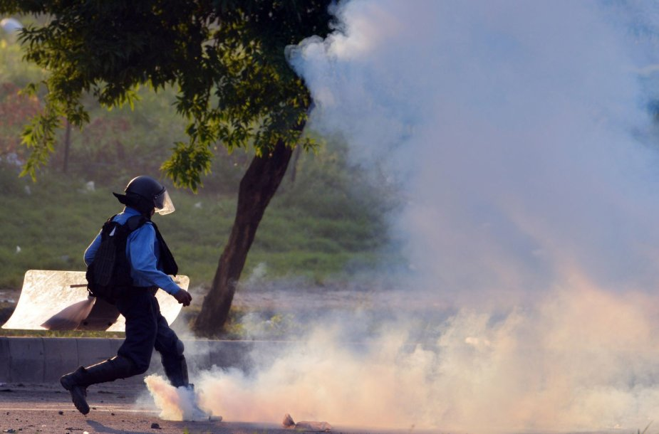 Pakistane – policijos ir protestuotojų susirėmimai.