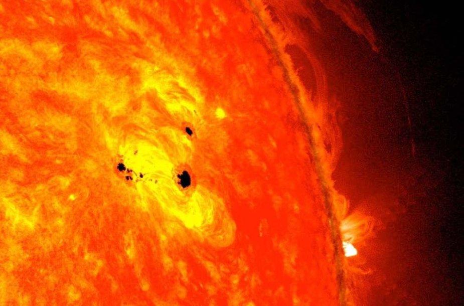 Saulėje formuojasi 6 Žemių dydžio saulės dėmė