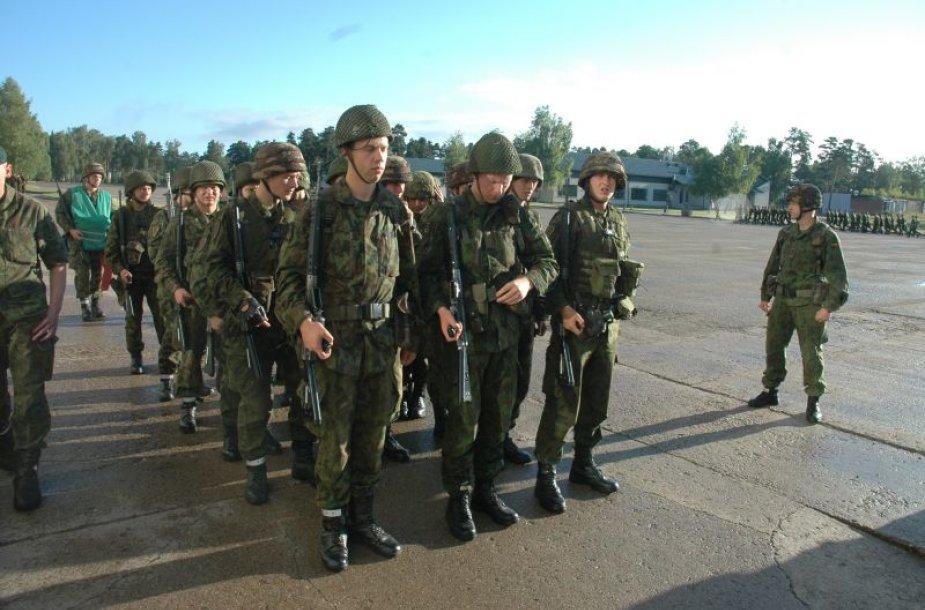 Lietuva atsisakė šauktinių, bet norintys ginti tėvynę kviečiami užsirašyti į savanorių pajėgas ir ateiti tarnauti profesinėje kariuomenėje.
