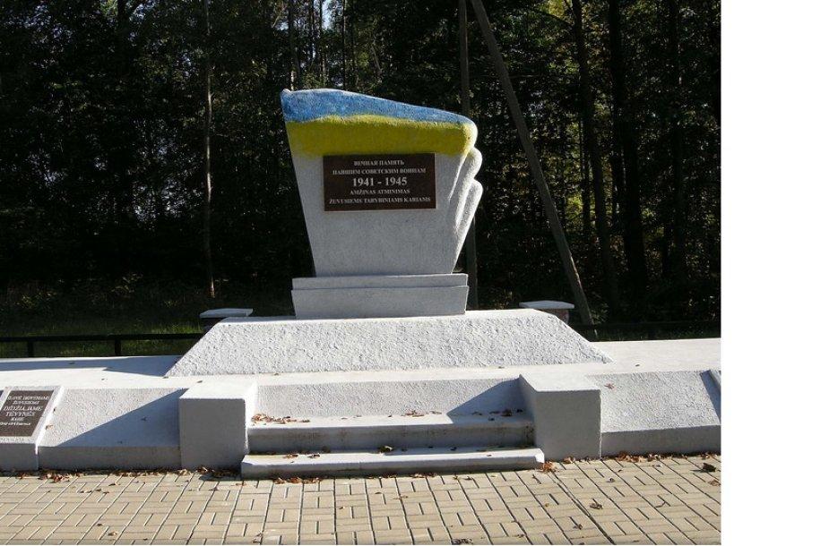 Išniekintas monumentas.