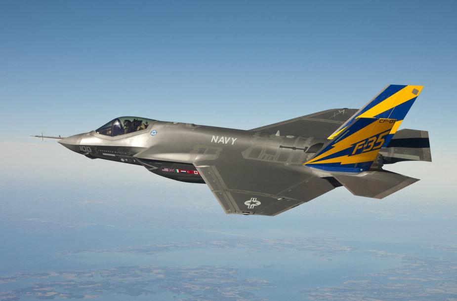 """JAV naikintuvas """"F-35C Lightning II"""" atlieka bandomąjį skrydį 2011 metais."""