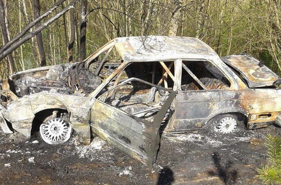 """""""Nemuno žiede"""" sudegė BMW"""