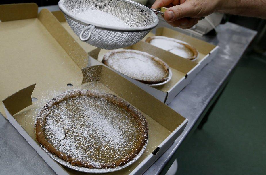 Vienoje Londono kepykloje ruošiamas Padėkos dienai skirtas moliūgų pyragas