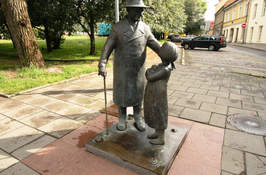 Žydų kilmės daktaro Cemacho Šabado, geriau žinomo kaip Daktraras Aiskauda, skulptūra Vilniuje.