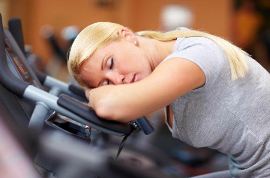 Pervargusi moteris sporto salėje