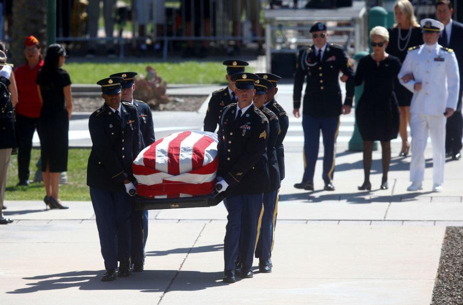 Atsisveikinimas su senatoriumi Johnu McCainu