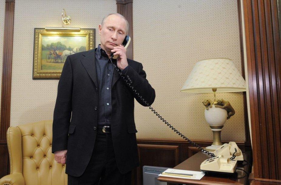 Vladimiras Putinas kalba telefonu.