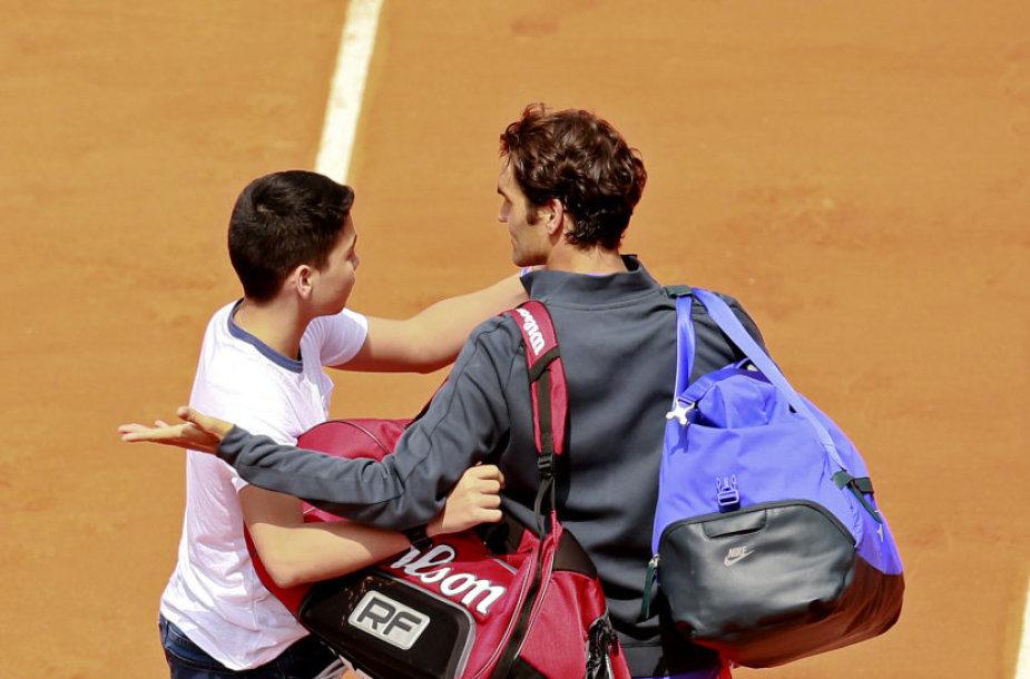 Teniso gerbėjas su Rogeriu Federeriu bandė pasidaryti asmenukę
