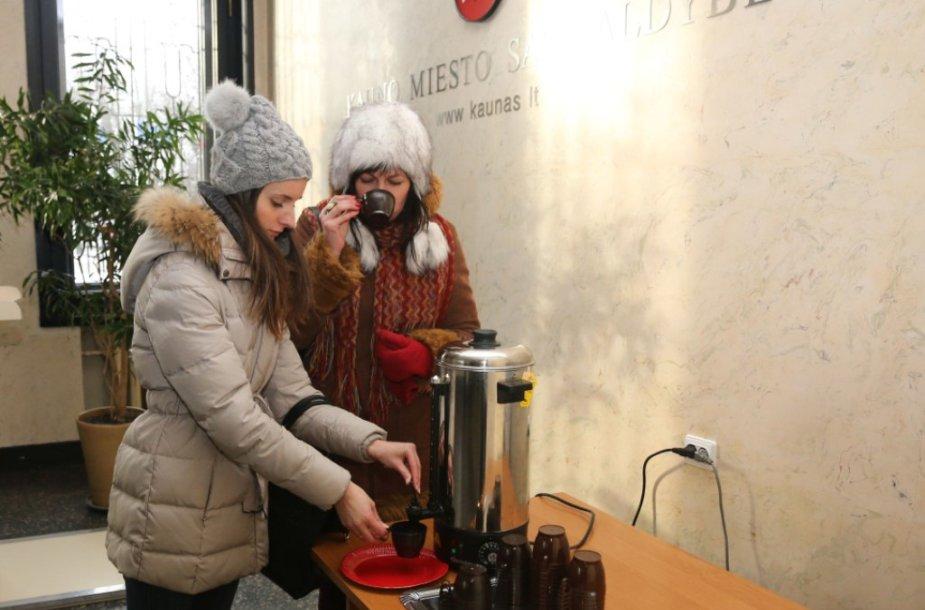 Kauniečiai vaišinami arbata