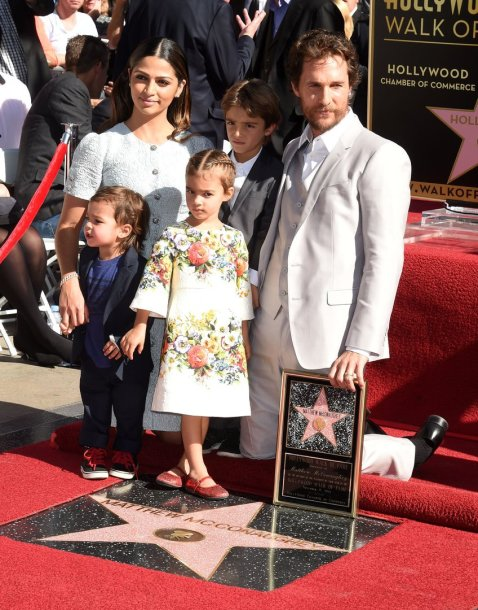 Matthew McConaughey su žmona Camila Alves ir vaikais