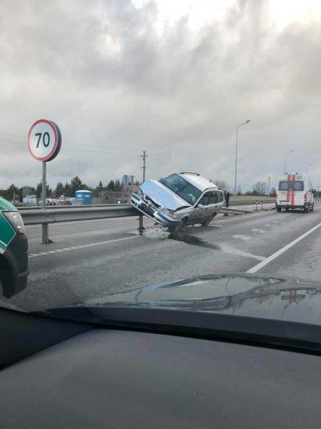 """Po susidūrimo """"Volvo"""" liko kabėti ant atitvarų"""