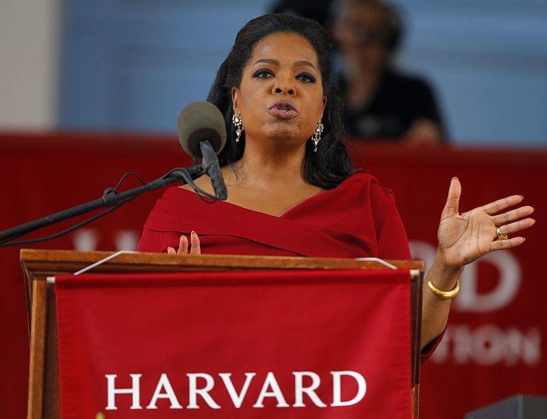 Oprah Winfrey Harvardo universitete skaito kalbą. Moteris yra gavusi garbės teisės daktaro laipsnį.