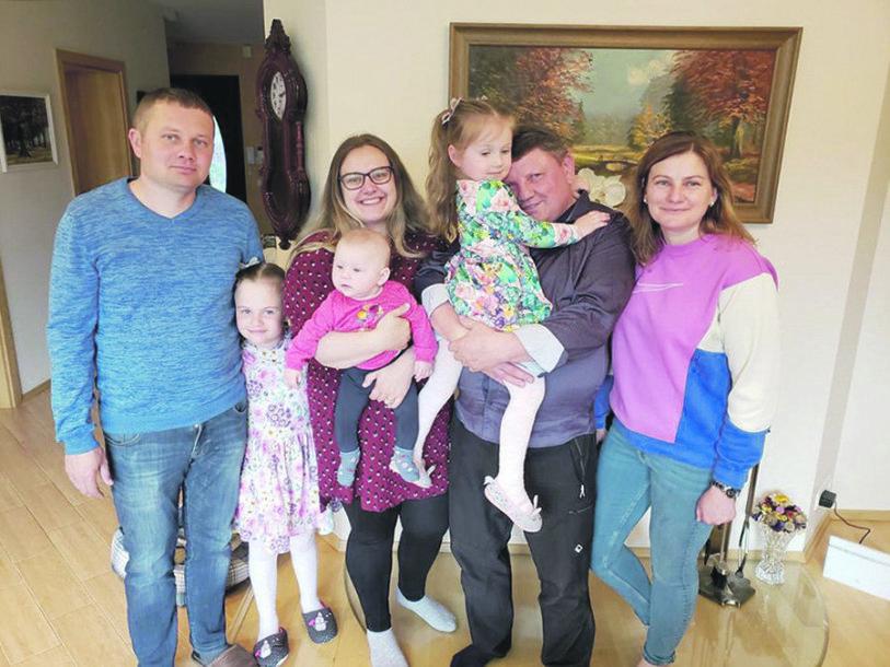 Tėtis Antanas su vaikais: Antanu, Laimute (centre) ir Sandra, apsuptas anūkų