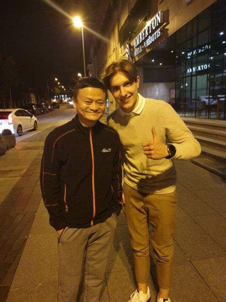 """""""Alibaba įkūrėjas Jackas Ma ir """"Kakariekū"""" reklamos agentūros vadovas Titas Jurkonis"""