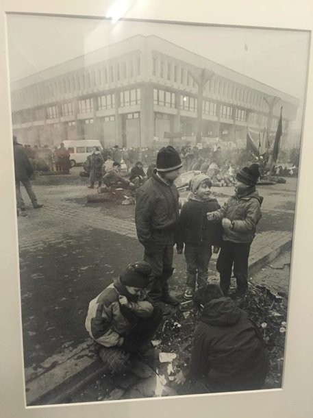 R.Požerskio fotografija iš Sausio 13-osios įvykių. Berniukai