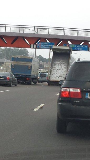 Sunkvežimio avarija Tūkstantmečio g., Vilniuje