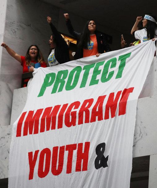 """Plakatas skelbia """"Apginkite imigrantų jaunimą"""""""