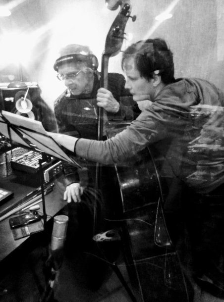 Balys Petras Simaitis ir Titas Petrikis (dešineje)  prie kontraboso partijos filmo įrašų metu