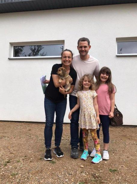 Martinas Schilleris su šeima priglaudė šuniuką