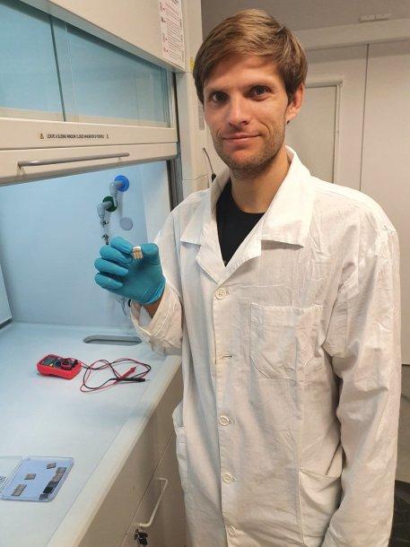 FTMC Medžiagų struktūrinės analizės sk. laboratorija, dr. R.Kondroto rankose – stibio selenido saulės elementas