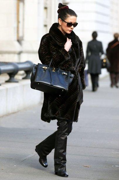 Catherine Zeta-Jones iš namų į spektaklį išvyko apsigobusi natūraliais kailiniais ir apsimovusi juodas odines kelnes.
