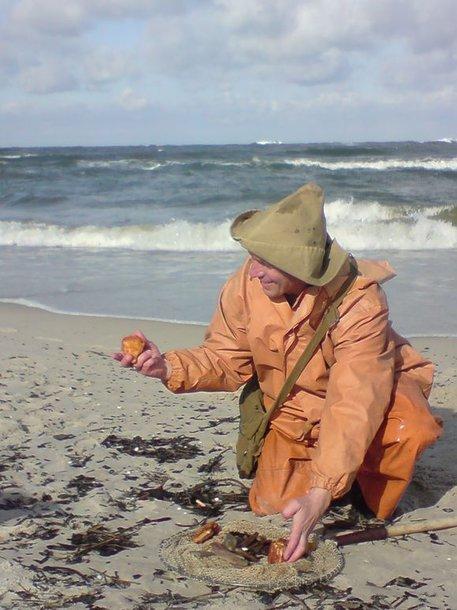 Šie didžiuliai gintarai – klaipėdiečio pasididžiavimas. Juos vyras tvirtina surinkęs Baltijos jūros pakrantėje po nemažos audros.