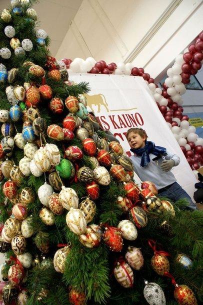Floristas Kalėdinę eglę dekoravo 500 Faberžė (Fabergé) stiliaus žaisliukais.