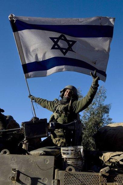 Karys, iškėlęs Izraelio vėliavą.