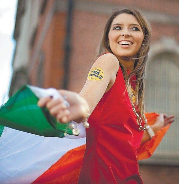 """""""Taip Europai"""", – skelbia lipdukas ant šios teigiama referendumo baigtimi besidžiaugiančios jaunos airės peties."""