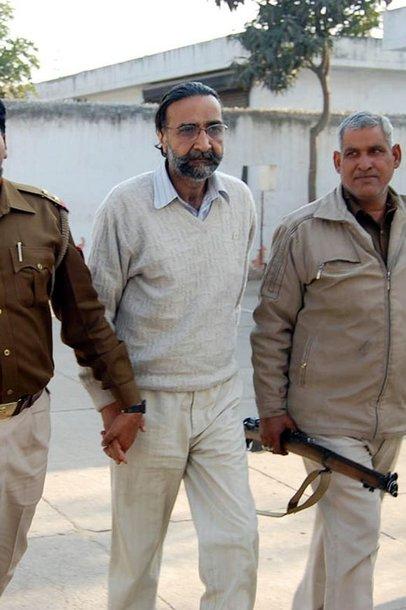 Kaltinimai pateikti Moninderiui Singhui Pandherui.