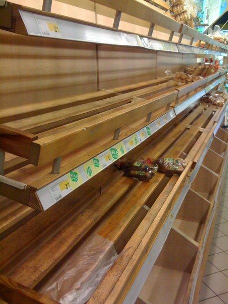 Tuščios parduotuvių lentynos