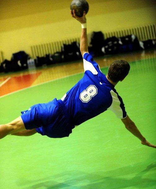 """Vilniaus VHC """"Šviesa"""" (mėlyna apranga) savo aikštelėje Varėnos """"Ūlos"""" klubą sutriuškino net 23 įvarčių skirtumu 40:17 (17:09)"""